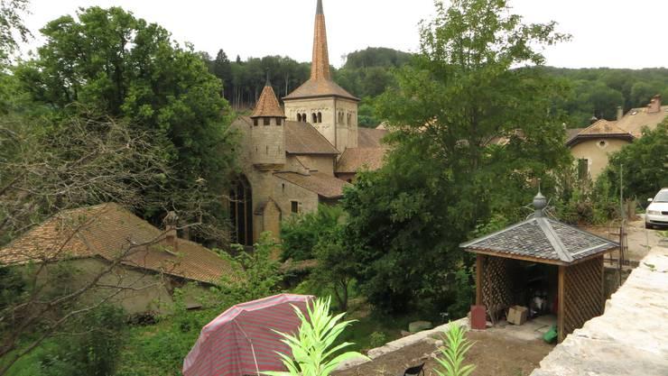 Blick zur Abteikirche Romainmôtier