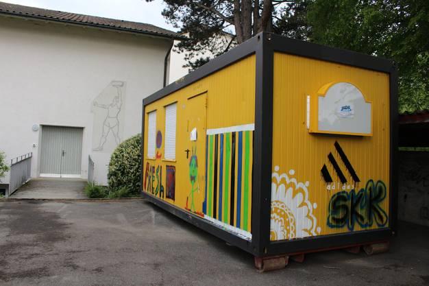 Beim Schulhaus Steineggli in Beinwil am See wird ein neuer Skaterplatz gebaut. Daneben steht der gelbe Container der Jugendarbeit.
