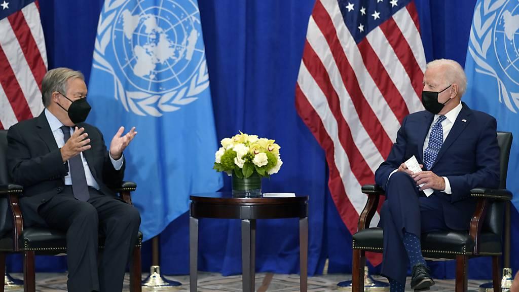 Joe Biden (r), Präsident der USA, trifft sich mit Antonio Gutérres, Generalsekretär der Vereinten Nationen. Foto: Evan Vucci/AP/dpa