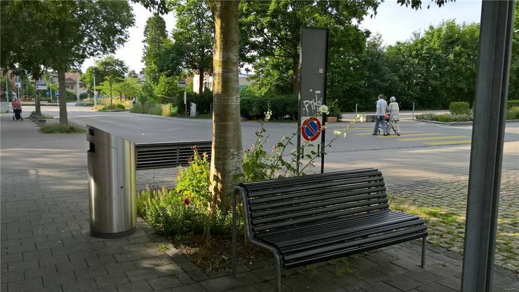 Die beiden Bänkli südlich des Coop Centers an der Bachstrasse.