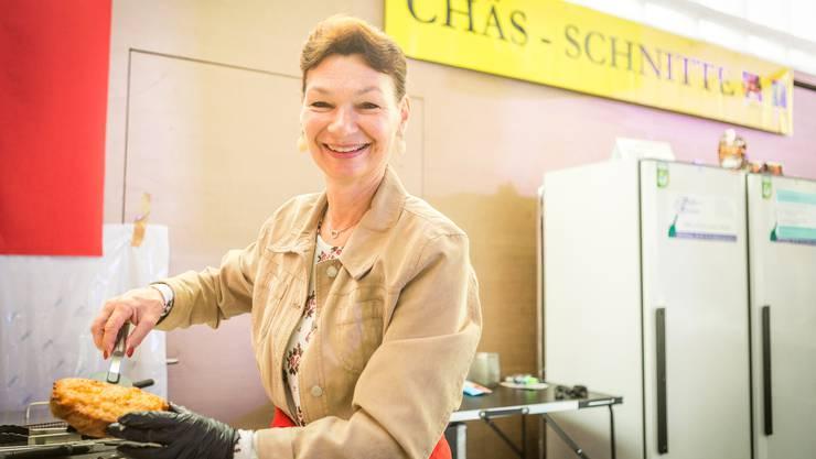 Doris Sager bereitet die «original Militär-Käseschnitten» zu.