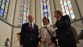 Brigitte von Wessenberg mit dem ehemaligen Kulturchef Thomas Pauli-Gabi (links) und ihrem Ehemann Peter Heinrich von Wessenberg in der Klosterkirche Königsfelden.