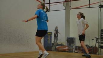Nadia Pfister (blau) im Trainingsspiel gegen die dreizehnjährige Céline Walser (NLB).