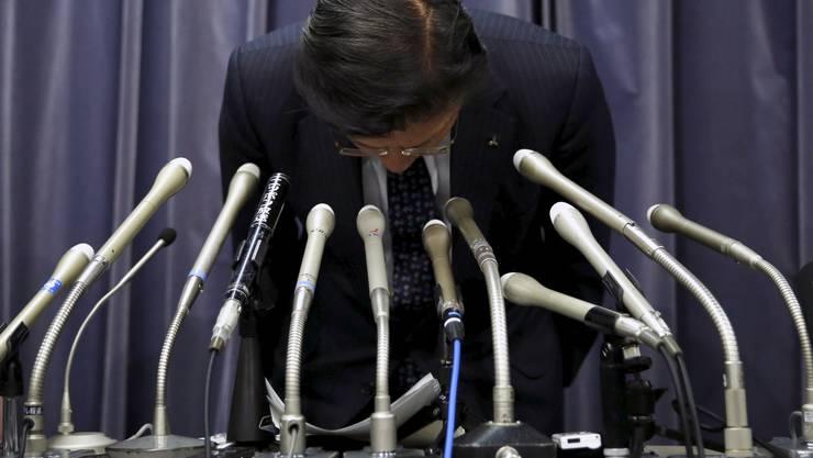 Mitsubishi-Präsident Tetsuro Aikawa verneigt sich.