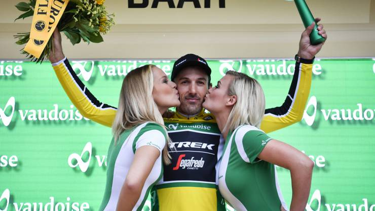 Ex-Miss-Schweiz Linda Fäh (links) küsst im Juni 2016 den Radprofi Fabian Cancellara. Dieser Kuss steht ihrer Heirat mit Marco Dätwlyer aber nicht im Weg (Archiv)