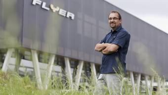 Kurt Schaer, Geschaeftsfuehrer der Biketec AG posiert vor dem Flyer-Werk, wo Biketec AG Flyer-Elektrofahrraeder produziert, aufgenommen am 10. August 2009 in Huttwil im Kanton Bern.
