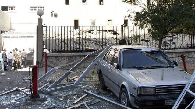 Die Wucht der Bombe zerstörte Autos und Fensterscheiben