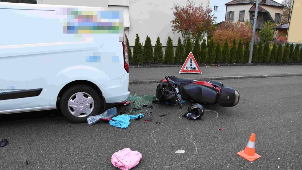 Nicht rechtzeitig gebremst: Motorradfahrer knallt in Auto