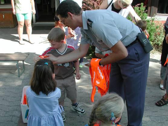 Peter Fedeli im gleichen Jahr beim Verteilen von Leuchtgurten an Kindergärtler