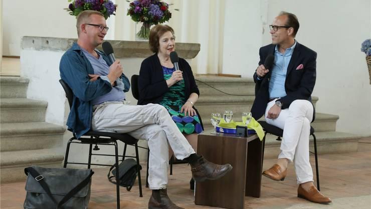Im Künstlerhaus Boswil: Kabarettist Philipp Galizia (links), Politikerin Christine Egerszegi, Moderator Christian Zeugin.