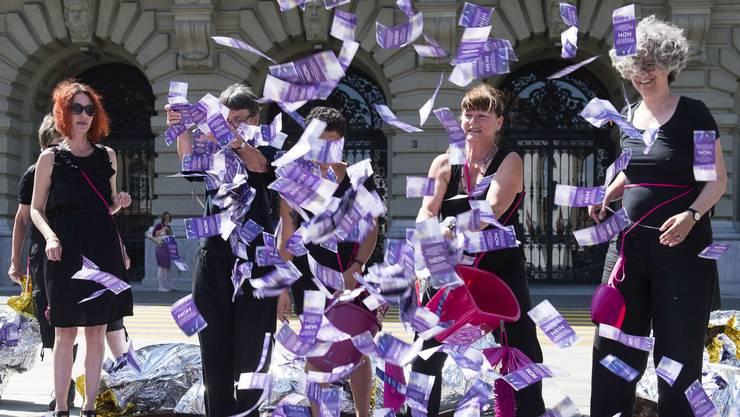Frauen des nationalen Komitees gegen AV2020 werfen am 14. Juni 2017 Flugblätter in Form von Banknoten anlässlich eines Flashmobs gegen die Reform der Altersvorsorge 2020.