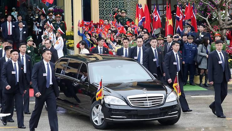 Die Uno hat Nordkorea kritisiert, weil das Land Sanktionen umgeht - etwa wenn Nordkoreas Diktator Kim Jong Un in Luxusautos vorfährt. (Archivbild)