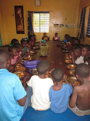 Die Kinder des Waisenhauses beim Essen