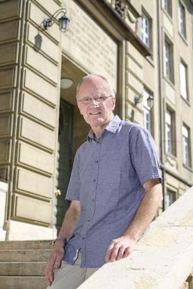 Über 40 Jahre nach seinem erfolgreichen Abschluss lässt sich Lukas Honold vor der Berufsfachschule portraitieren.