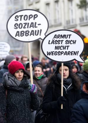 Wehren sich für die sozial Schwachen: Demonstrantinnen in der Berner Innenstadt.