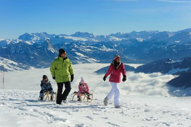 Beim Winterwandern hoch über dem Nebelmeer darf auch mal ein Schlitten mit.