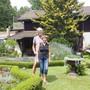 Theo und Hanny Dambach in ihrem Garten. Der Balkon hinter ihnen gehört zu ihrer Wohnung für Touristen und andere Reisende. Bild: mik