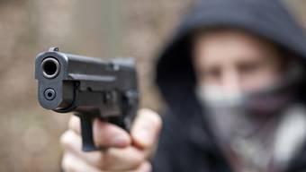 Er bedrohte eine Verkäuferin mit einer Waffe und verlangte von ihr, den Tresor zu öffnen. (Symbolbild).