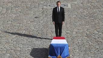 Präsident Emmanuel Macron erweist dem ehemaligen Präsidenten Jacques Chirac die letzte Ehre in Paris