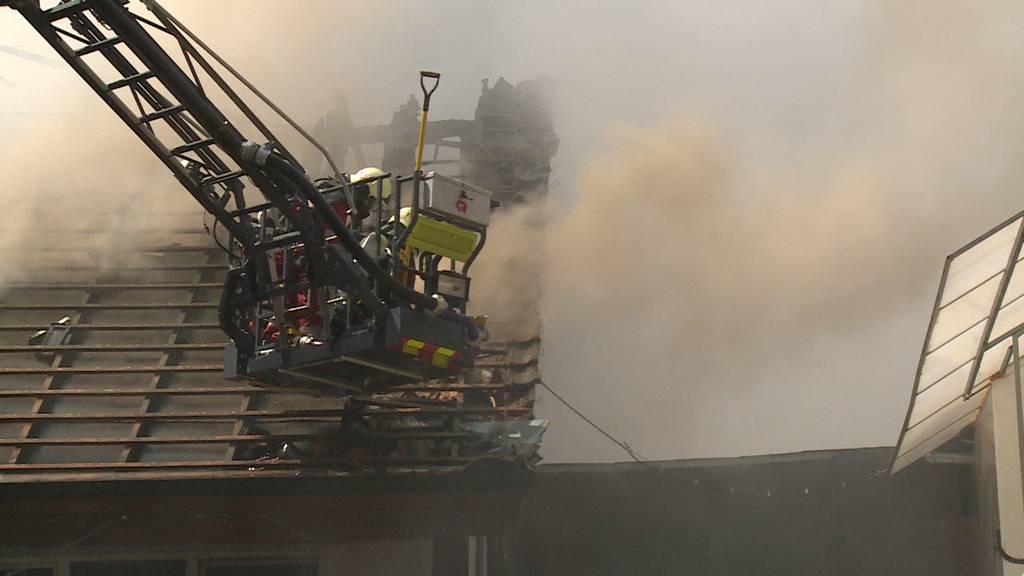 Obfelden (ZH): Brand in Dachwohnung