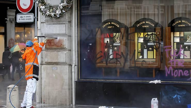 Putzen und aufräumen nach der Demo: Im Dezember hatten Demonstranten einen Teil der Genfer Innenstadt verwüstet. (Archivbild)