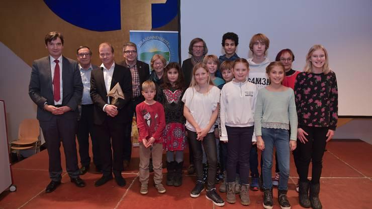 Stadtpräsident François Scheidegger (links) mit Kulturpreisträger Marc Reist (3. v. l.) und den weiteren Preisträgern des Künstlerarchivs und des Kindertheaters Blitz