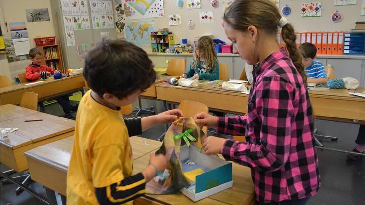Mit Eifer sind die Schüler aus Wangen an der Aare an der Gestaltung ihrer «Traumbetten».