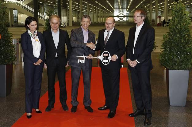 Nach dem symbolischen Ribbon Cut gab es auch noch eine Schlüsselübergabe, von links Rebecca Zuber (HRS), Pierre de Meuron (Architekt), René Kamm (MCH Group), Martin Kull (HRS Real Estate), Peter Hole