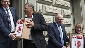 Die Initianten bei der Einreichung der Unterschriften zur Selbstbestimmungsinitiative. Am Dienstag haben sie den Abstimmungskampf lanciert. (Archivbild)
