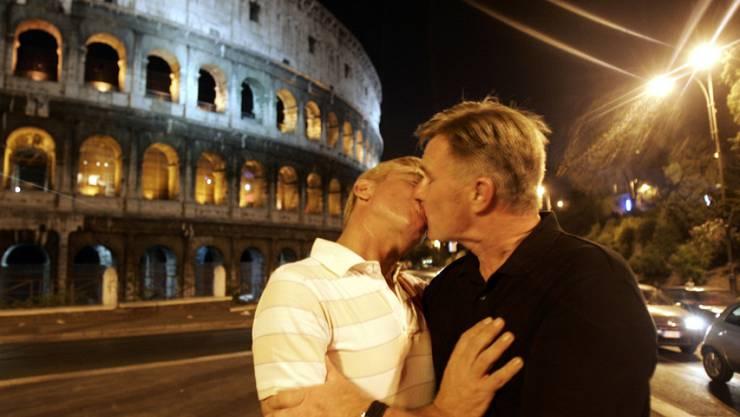 Protestaktion aus dem Jahr 2007: Ein schwules Paar küsst sich demonstrativ vor dem Kolosseum in Rom. Mit der Abstimmung von heute endet eine Jahrelange Debatte in Italien über gleichgeschlechtliche Partnerschaften. (Archiv)
