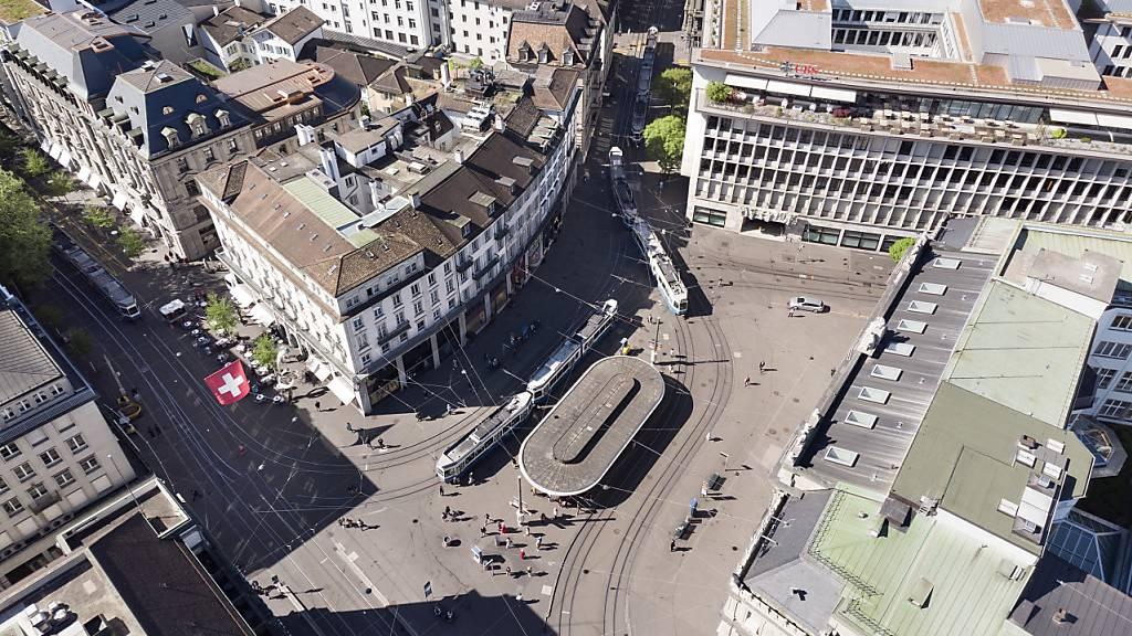 Die Schweizer Einkaufsmanager sind für die Wirtschaft positiv gestimmt. Der Einkaufsmanagerindex hat im Juli ein neues Rekordhoch erreicht. Im Bild das Zürcher Bankenzentrum Paradeplatz. (Symbolbild)