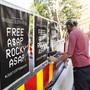Der US-Rapper ASAP Rocky muss sich in Schweden vor Gericht verantworten - Plakate in ganz Stockholm rufen zu seiner Freilassung aus der Untersuchungshaft auf.