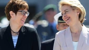 Die neue deutsche Verteidigungsministerin und CDU-Chefin Annegret Kramp-Karrenbauer (links) mit ihrer Vorgängerin Ursula von der Leyen, die neue EU-Kommissionschefin wird.
