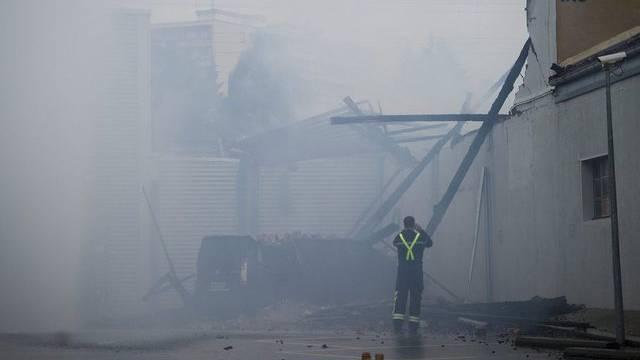 Ein Feuerwehrmann betrachtet die Brandruine in Morges