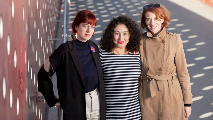 Kein Schriftsteller zu gross, um von ihnen verulkt zu werden: Nadia Brügger, Güzin Kar und Simone Meier (von links), die Buchautorinnen von «Hemingways sexy Beine». Bild: Severin Bigler