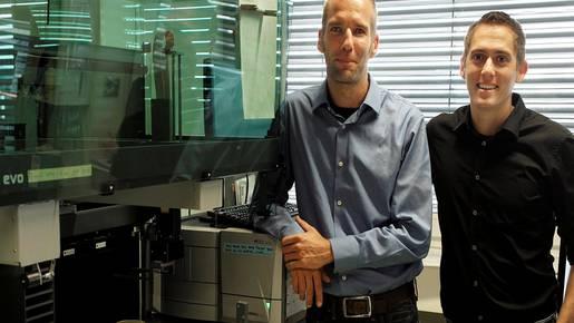 Ein Beispiel für ein erfolgreiches Start-up mit Biotech-Bezug ist Bioversys: Marcel Tiggers (l.) und Marc Gitzinger neben einem Pipetierautomaten im Labor des Technoparks Stücki.Ken