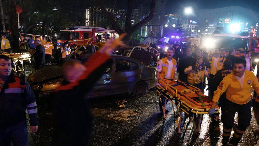 Rettungskräfte im Einsatz nach dem verheerenden Autobomben-Anschlag vom vergangenen Sonntag in Ankara mit 37 Toten. Am Donnerstag bekannte sich die extremistische Kurdenorganisation Freiheitsfalken Kurdistans (TAK) zum Anschlag (Archiv)