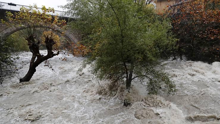 Nach starken Regenfällen führt ein Fluss nahe der Stadt Grasse in Südfrankreich Hochwasser.