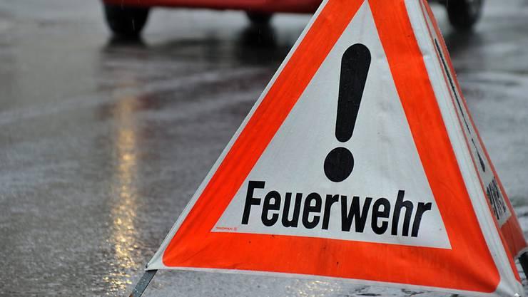 Die Feuerwehr musste in der Nacht auf Dienstag zu einem Brand in einer Einstellhalle in Riehen ausrücken. (Symbolbild)