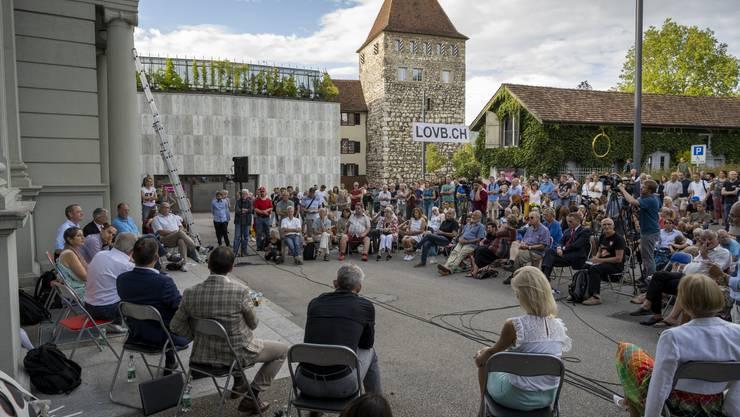 Kontrovers diskutiert auf dem Aarauer Schlossplatz: Wie soll die Schweiz mit dem Coronavirus umgehen?