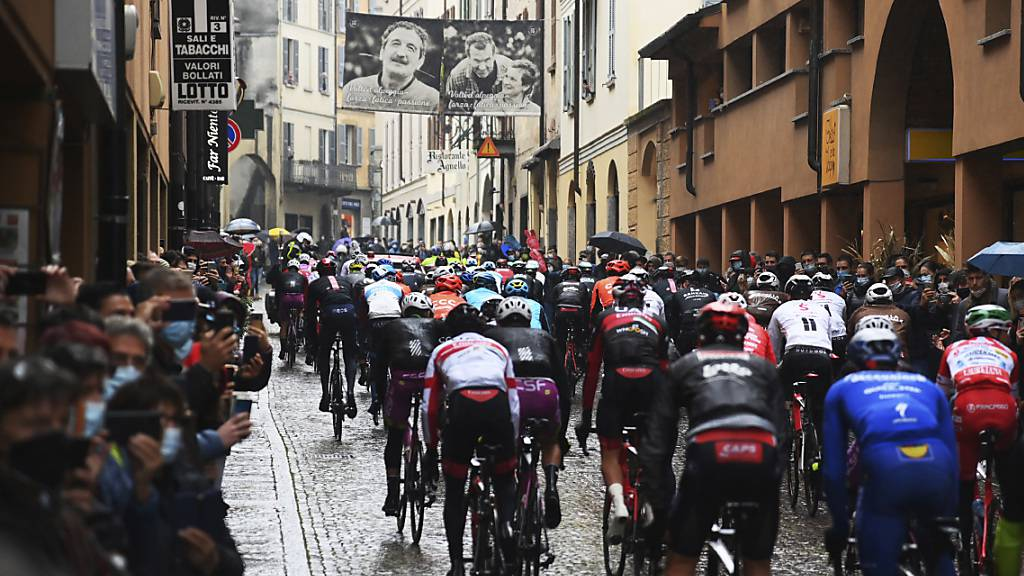 Nur wenige Minuten nach dem Start der 19. Giro-Etappe in Morbegno verschwanden die Fahrer wieder in ihren Teambussen