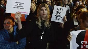 Menschen protestieren vor dem Parlament in Warschau gegen ein Gesetzesvorhaben, das Strafen für Lehrer für Sexualkunde-Unterricht an Schulen vorsieht.
