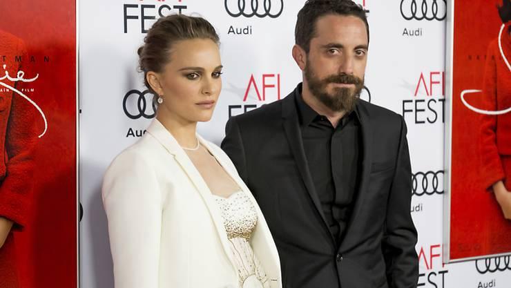 """Schauspielerin Natalie Portman mit Filmregisseur Pablo Larrain bei der """"Jackie""""-Premiere vom Montag in Los Angeles."""