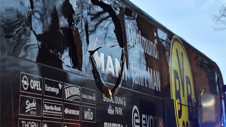 Zerbrochene Scheiben und leer: So präsentierte sich der Mannschaftsbus des Bundesliga-Klubs Borussia Dortmund nach dem Anschlag im April 2017.Key