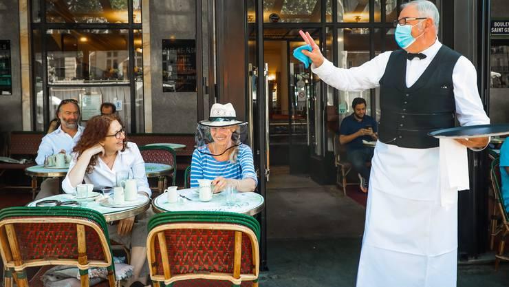 Der Wirt trägt Maske: Das «Cafe de Flore», ist, wie viele andere Bistros in Paris, nach der Coronapause wieder geöffnet.