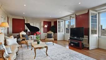 Mit Blick von der Wohnzimmer-Couch direkt auf den Centralpark: Diese Wohnung im Essex-House, die einmal David Bowie gehörte, steht für knapp 6,5 Millionen Dollar zum Verkauf. (Handout)