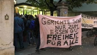 Zum Prozessauftakt waren vor dem Basler Strafgericht zahlreiche Sympathisanten anwesend, die sich mit den Beschuldigten solidarisierten.