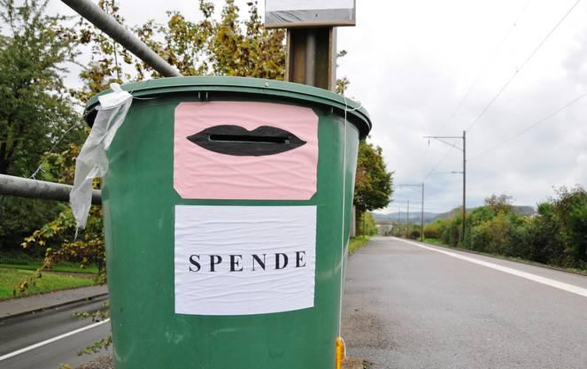 Wer spenden will, schreibt seine Telefonnummer sowie den Betrag auf ein Blatt Papier und wirft es in diesen Spendenkübel