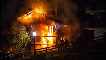 Am Samstagabend brach in Visperterminen im Oberwallis ein Grossbrand aus. Eine Person kam ums Leben, zwei weitere wurden verletzt.
