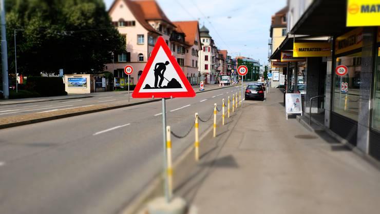 Erste Baustellenschilder zeugen von den Vorarbeiten der Limmattalbahn-Baustelle auf der Zürcherstrasse beim Schlieremer Zentrum
